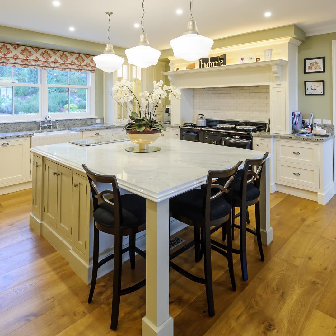 A Grand Hampton Style Kitchen With All The Trimmings Face Frame Cabinetry With Exposed Hinges Traditional Shaker Style Doors And Panels Hamptonkitchens Faceframecabinets Exposedhinges Custommadekitchens Bespokekitchens Stedinginteriors
